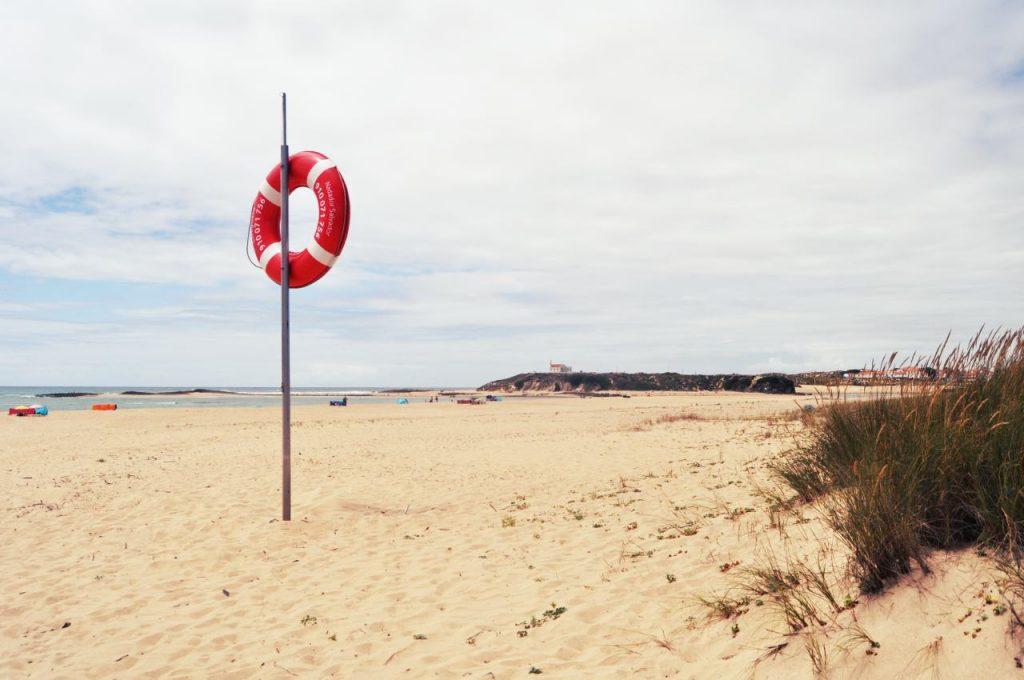 Portugalia Plaże Costa Alentejana - Praia das Furnas - koło ratunkowe
